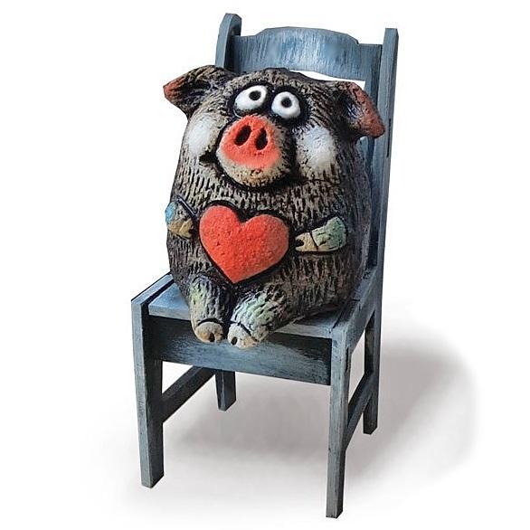 Свинка с сердцем на стуле (шамот)