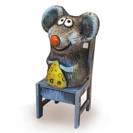 Мышонок с сыром на стуле