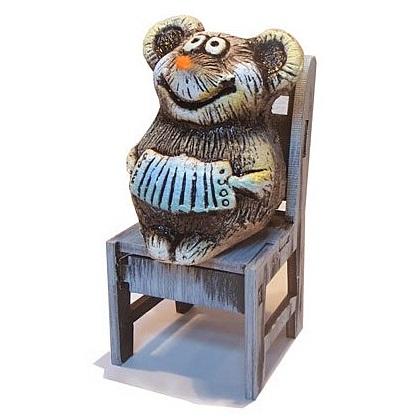 Мышонок с гармошкой на стуле