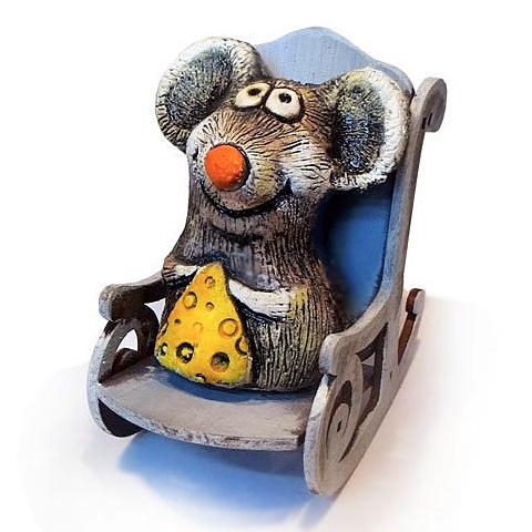 Мышонок с сыром в кресле-качалке