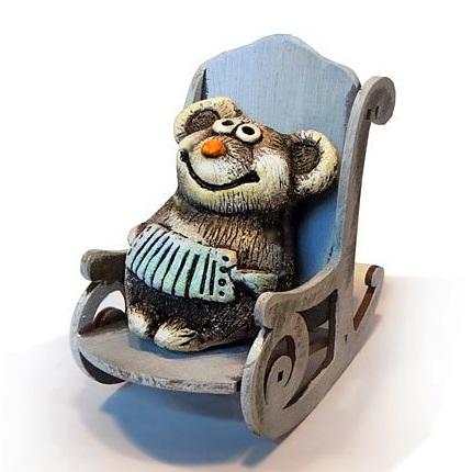 Мышонок с гармошкой в кресле-качалке