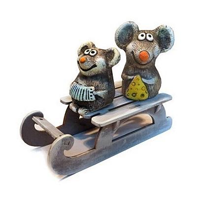 Пара мышек на санках