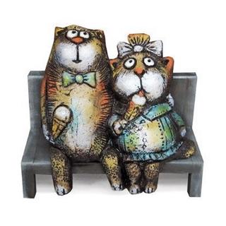 Коты с мороженым на скамейке