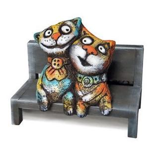 Коты на скамейке