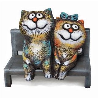 Кот и кошка на скамейке
