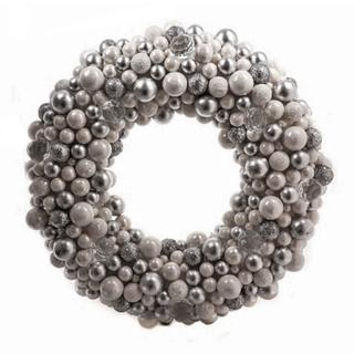 Новогодний венок с бело-серебряными шариками