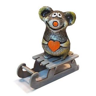 Мышонок с сердцем на санках
